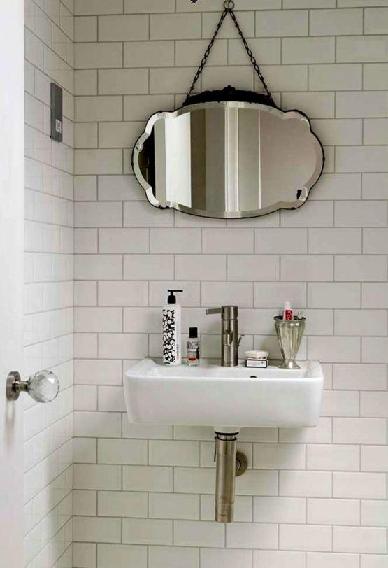 Ba o peque o azulejos blancos decoraci n chic for Baldosas para banos pequenos