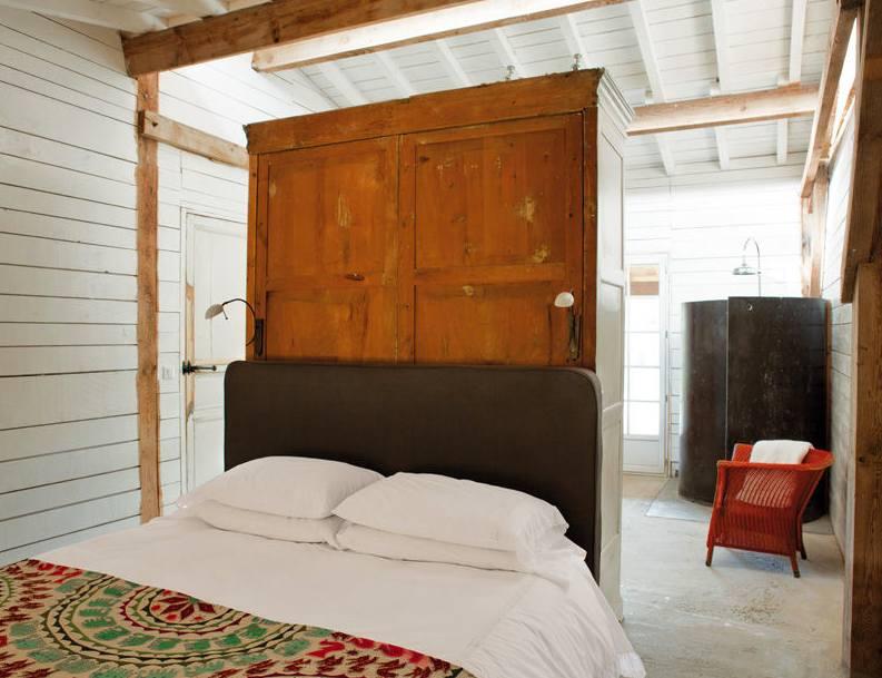 dormitorio cabaña isabel lopez quesada con trasera de armario